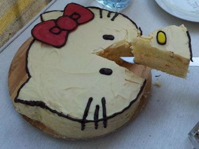 Hello Kitty Torte angeschnitten