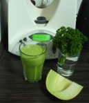 grüner Smoothie mit Melone und Petersilie