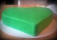 Jugendweihe Torte fertig mit grünem Fondant eingedeckt