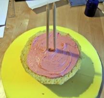 Kuchen stapeln und mit Erdbeer-Ganache füllen